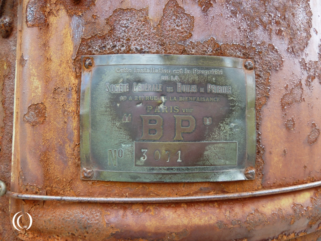 Detail of the pump's manufacturer and serial number plate