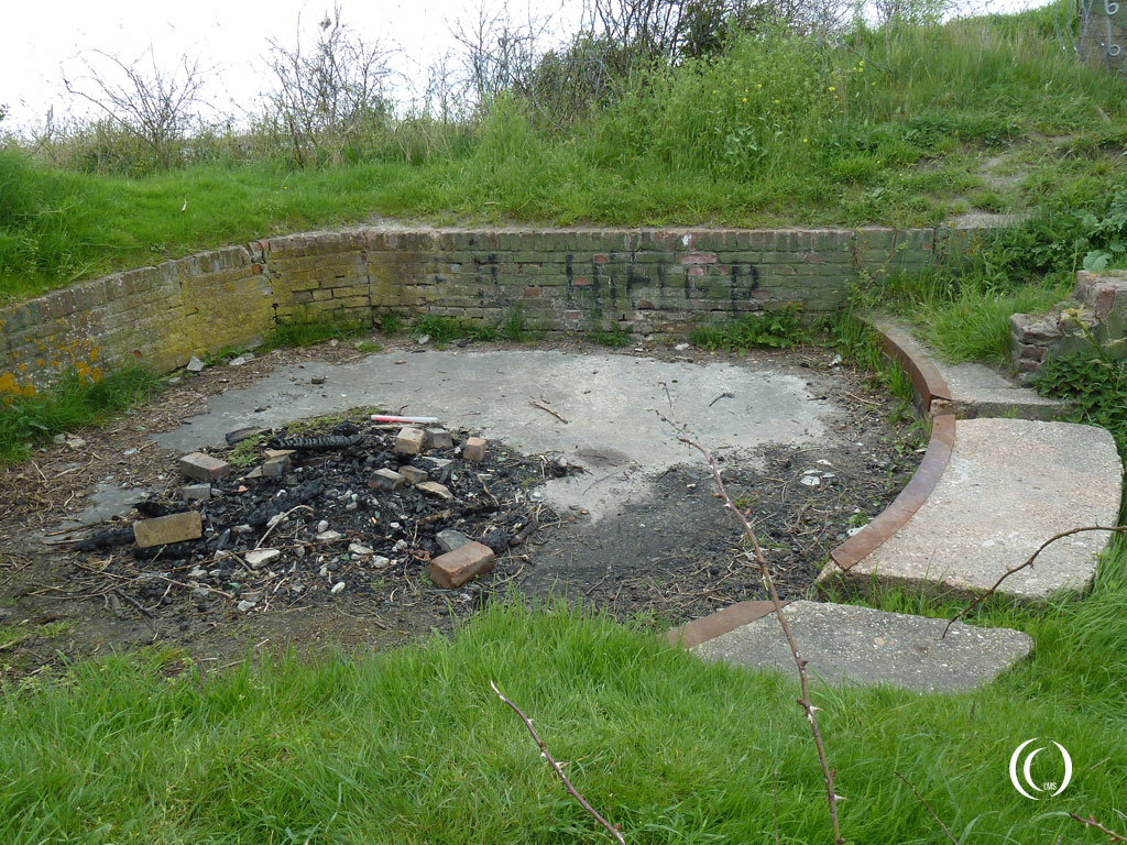 Looks like an open gun position between the German type 612 bunker and casemate II Kornwerderzand
