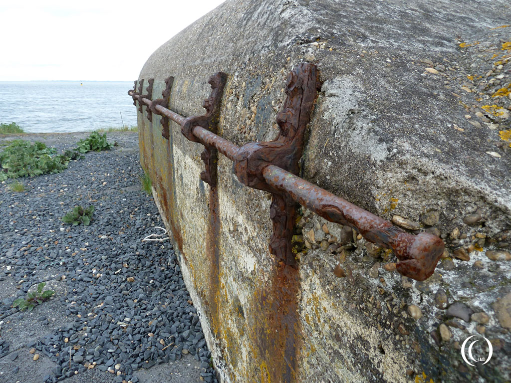 A close up of the steel railing that has been fastened to the outer parapet wall of casemate I Kornwerderzand