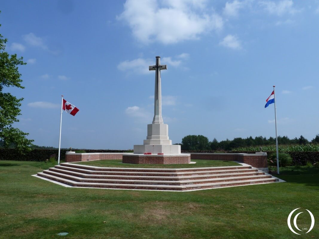 Cross of sacrifice with the Canadian and Dutch Flag
