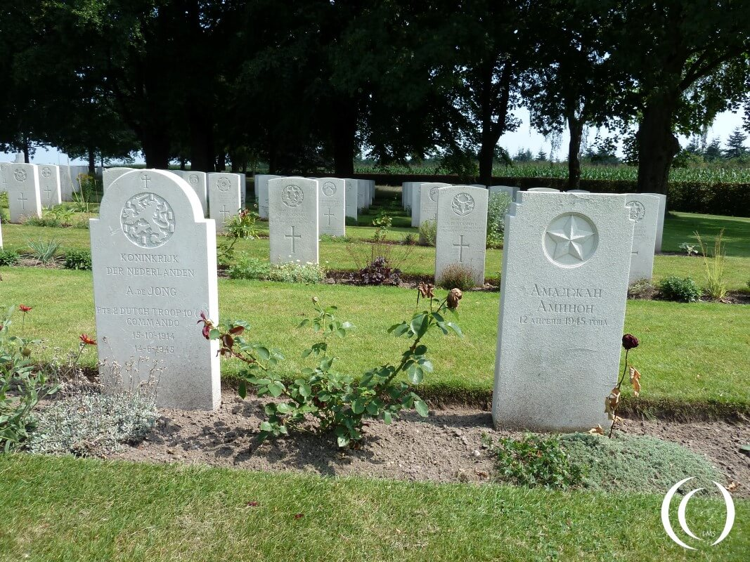 A Russian and Dutch Soldier next to each other - War Cemetery Groesbeek